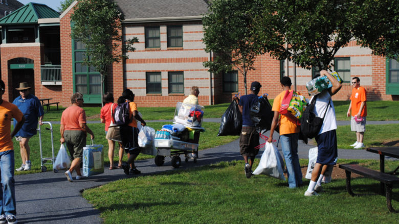 Students move into residence halls